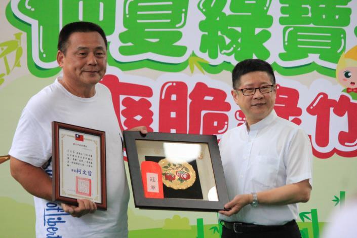 圖2. 109年台北市綠竹筍品質評鑑比賽頒獎-冠軍筍王木柵區筍農周良富。