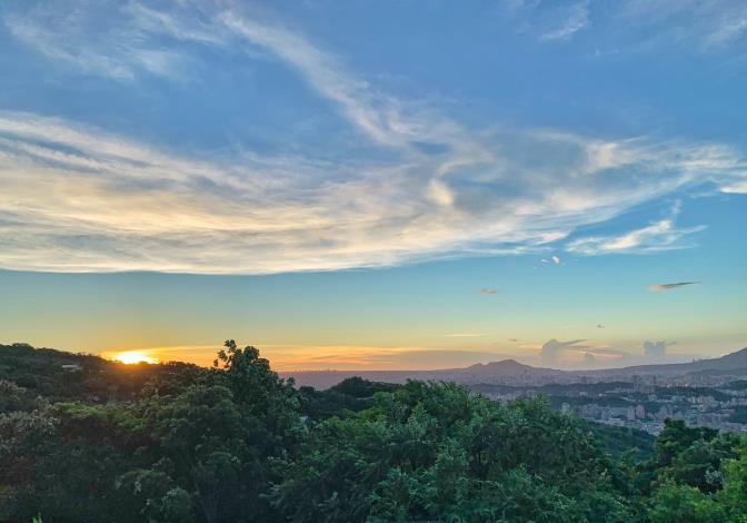 圖1、中秋連假來貓空踏青,遠眺台北盆地壯闊美景