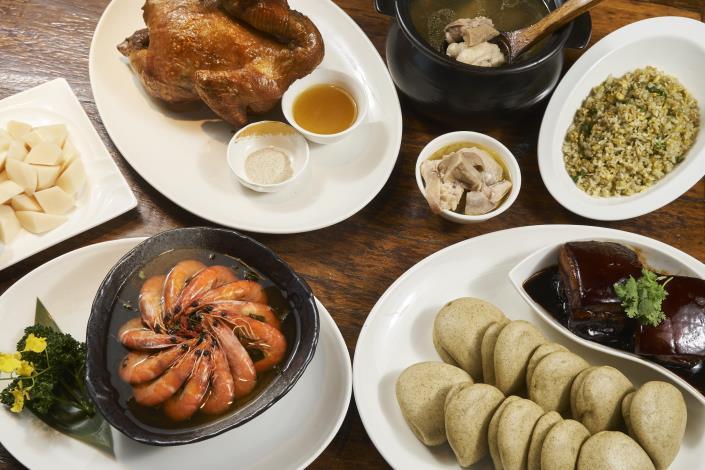 圖2、「龍門客棧」桶仔雞、鐵觀音茶蝦及菜脯雞湯等最受饕客好評。