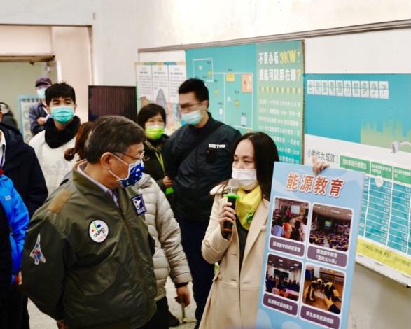 財團法人主婦聯盟環境保護基金會為臺北市長柯文哲講解能源教育內容。