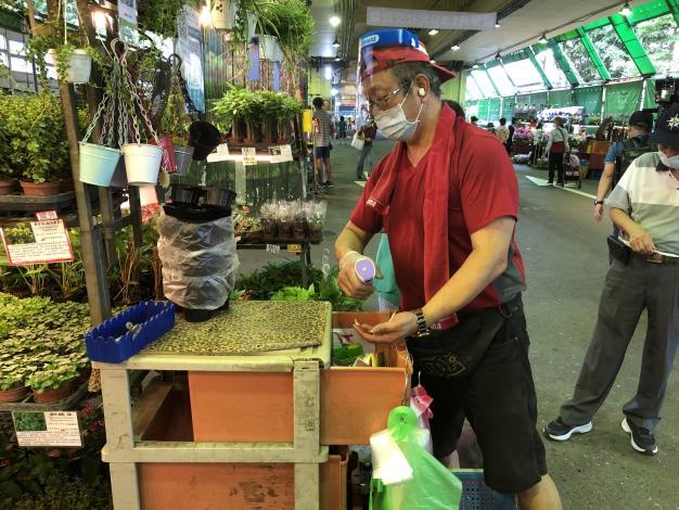 花市攤商進行現金收付消毒