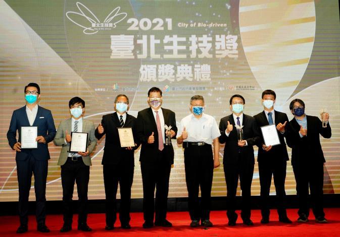 (圖說)臺北市柯文哲市長與創新技術獎得獎者合影留念