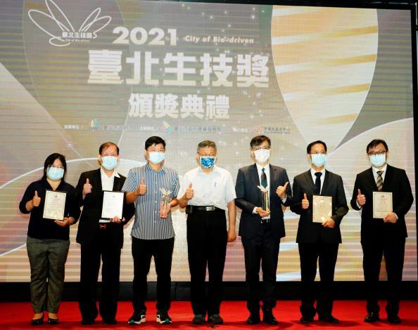 (圖說)臺北市柯文哲市長與跨域卓越獎得獎者合影留念
