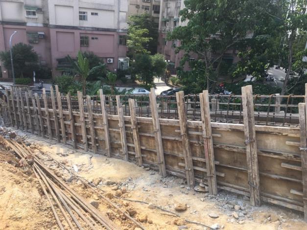 106年福興公園南側開工照片-排樁帽梁施工 (1)[開啟新連結]