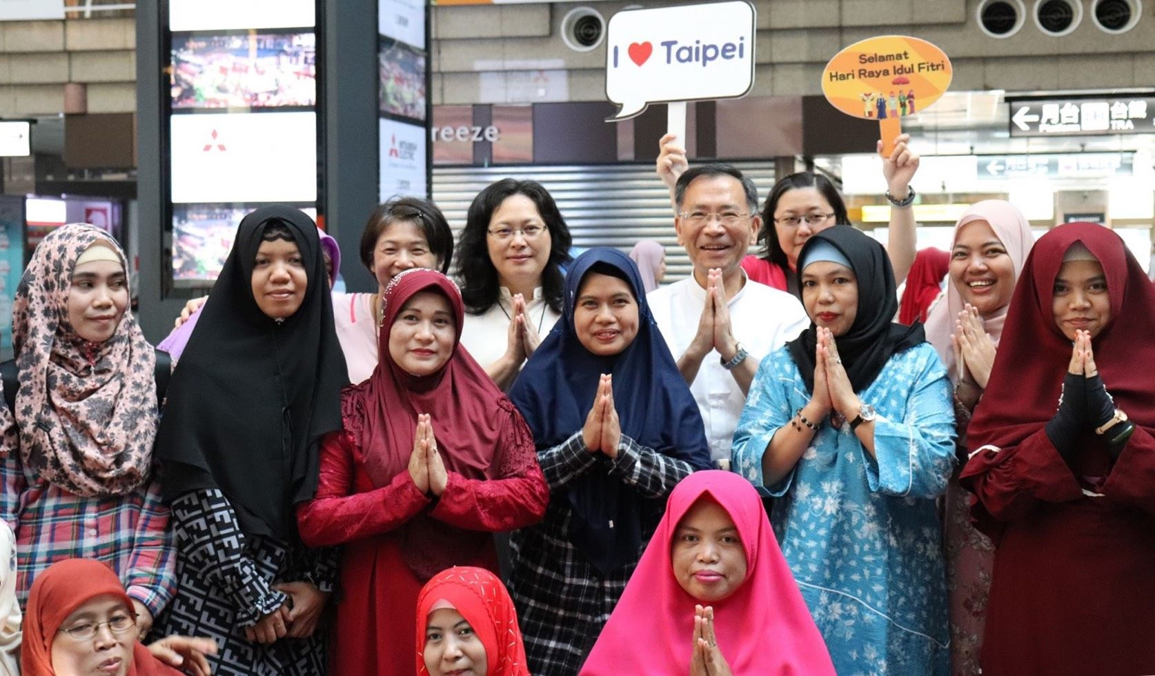 Taipei City Deputy Mayor Tsai and DOL Commissioner Lai celebrate the Eid al-Fitr with migrant workers.