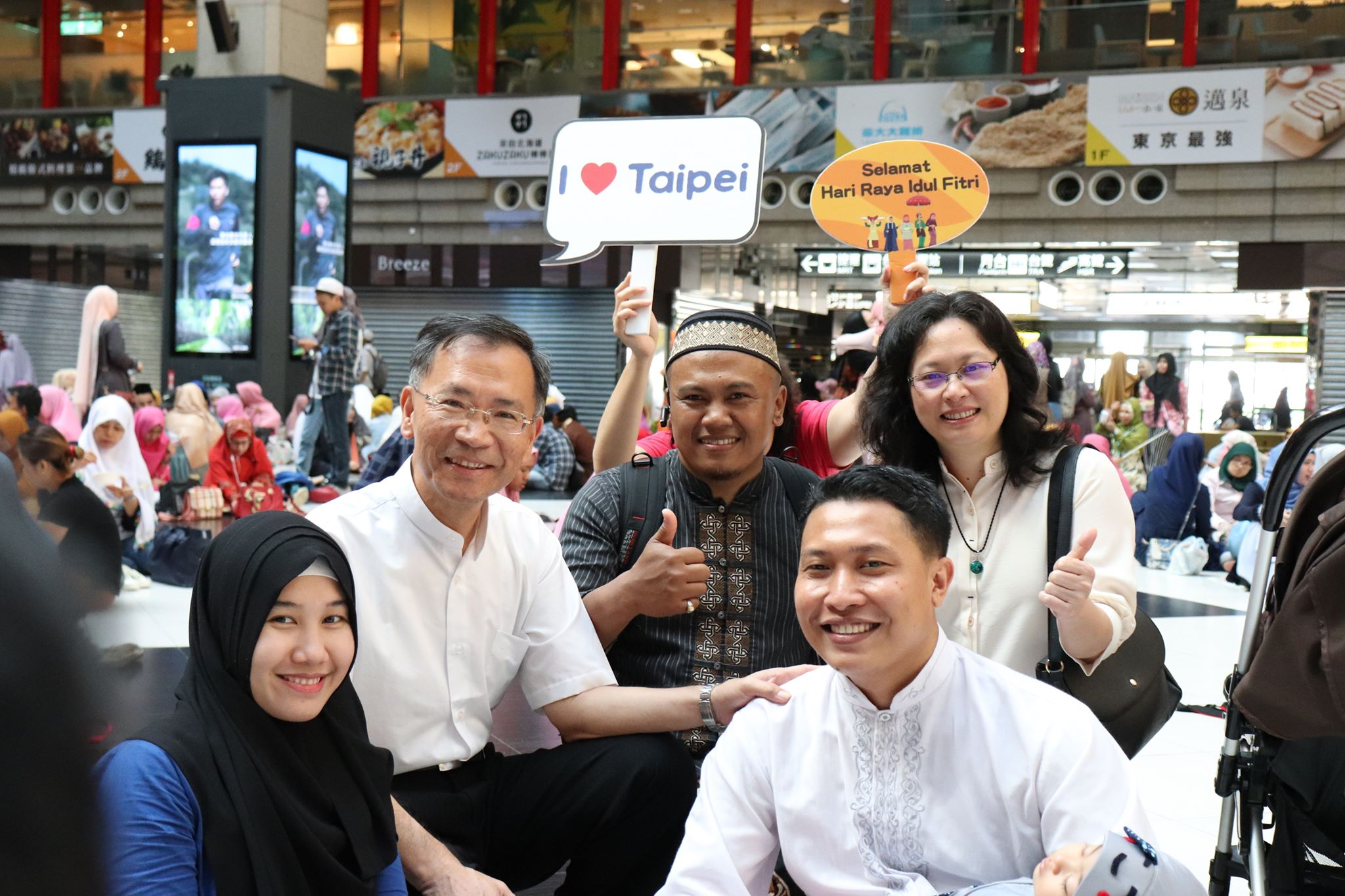 Taipei City Deputy Mayor Tsai and DOL Commissioner Lai take group photos with Indonesian students and their families.