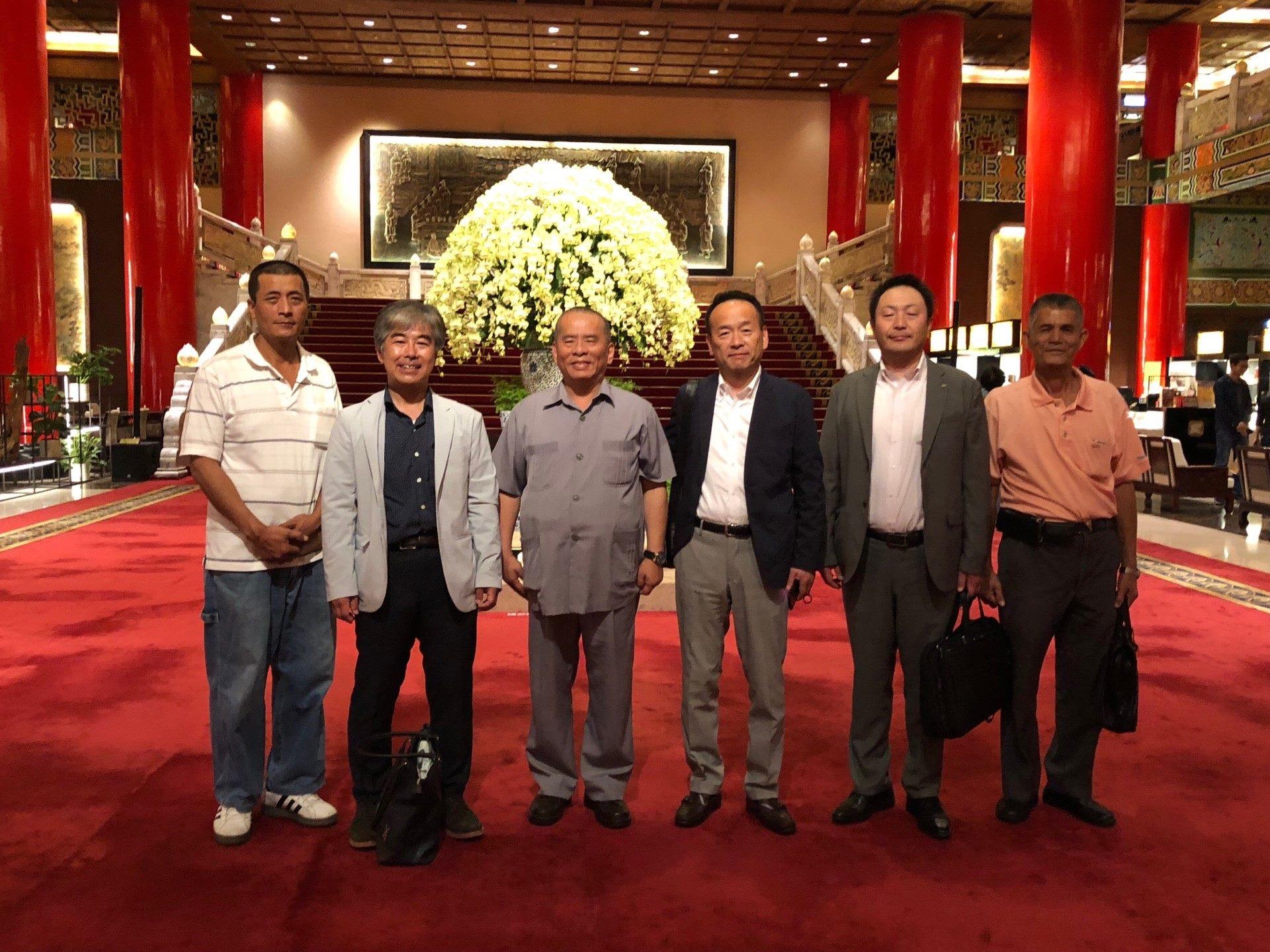圖右:電氣工會與日本電力總連姊妹會情牽40年,日方岸本會長(右3)來訪,並祝賀電氣工會創會60周年。(圖片提供/皆為臺北市電氣裝置業職業工會)