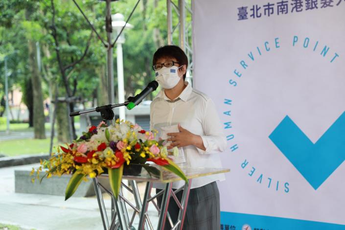 圖說三:勞動局局長陳信瑜為北台灣第一「銀髮人才服務據點」開幕儀式致詞。