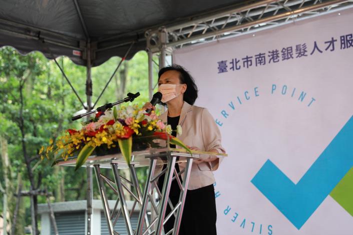 圖說四:勞動力發展署副署長鍾錦季為北台灣第一「銀髮人才服務據點」開幕儀式致詞。