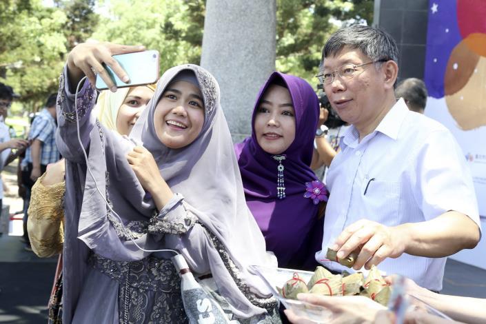 穆斯林文化交流 開齋節遇上端午節  柯P送粽共歡慶 市民與穆斯林齊聚大安森林公園