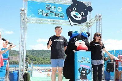 臺北河岸童樂會「熊讚水樂園」歡樂開幕 柯文哲體驗6公尺高水滑梯  和小朋友開心打水仗