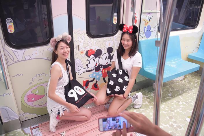 米奇「趣遊台北」彩繪列車裡,有著臺北不同的樣貌,吸引民眾拍照.JPG