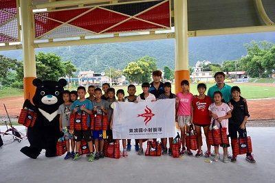 童樂平權計畫開跑 熊讚與東澳國小射箭隊相見歡