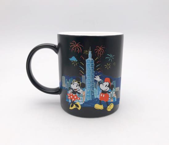 限量款馬克杯,以101煙火及深底色作為配色,讓台北的夜空更顯璀璨[開啟新連結]