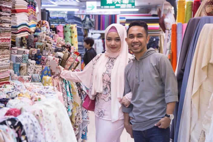 與穆斯林電視台Astro_TV合作邀請大馬穆斯林名人Hafiz夫婦來臺踩線,拍攝旅遊節目悠閒走訪大稻埕及永樂市場[開啟新連結]