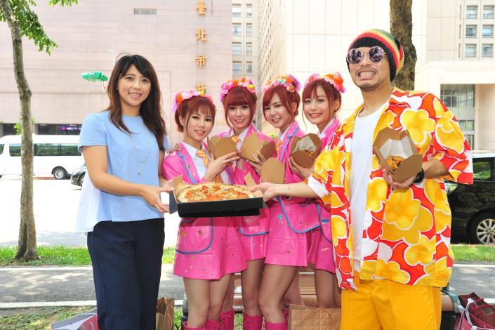 黃明志帶AMOi-AMOi團員在臺北拍攝宣傳影片,左為觀傳局長陳思宇[開啟新連結]