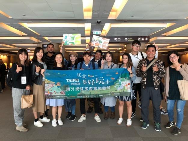 海外網紅旅遊實境體驗興致勃勃的參觀國立故宮博物院[開啟新連結]