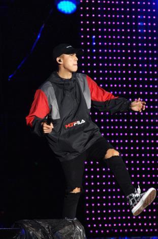 嘻哈天團頑童MJ116擔任跨年壓軸,讓現場民眾不畏低溫,跟著重拍節奏蹦跳狂歡。[開啟新連結]