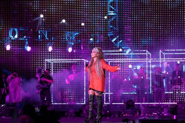 睽違北市跨年3年的天后阿妹一連獻唱多首經典嗨歌,炒熱現場氣氛。[開啟新連結]