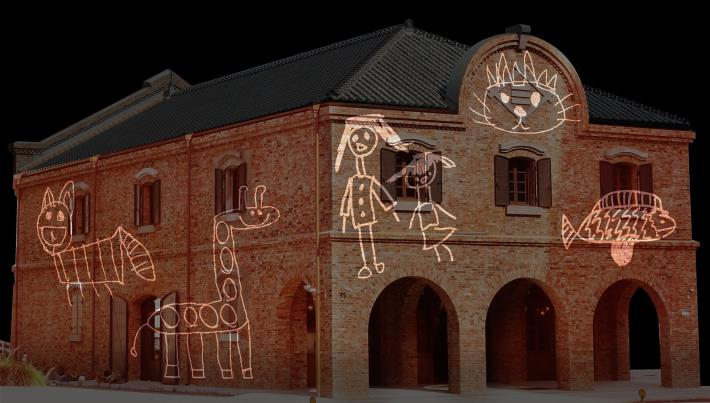百年建築三井倉庫以光雕方式投影童趣圖案,呈現老倉庫充滿童趣的對比。[開啟新連結]