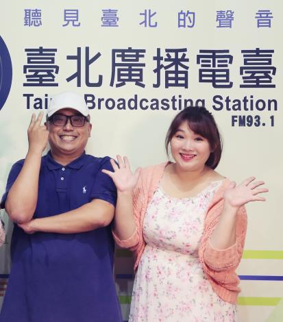 美食評鑑家林家昌(左)與節目主持人陳怡君(右)6月起每周五中午12時將在節目中,介紹必比登推介的臺北夜市小吃。[開啟新連結]