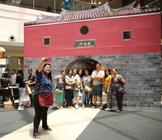 觀傳局把北門搬進菲律賓人氣百貨商場,展現臺北意象的氣勢[另開新視窗]