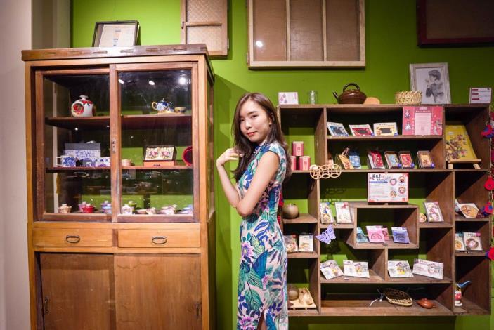 網紅Stephy鄭意文穿著旗袍,在大稻埕體驗道地的茶藝文化