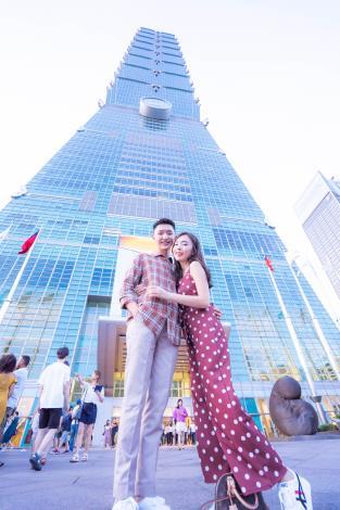 網紅Stephy鄭意文與男友在臺北101前甜蜜合影