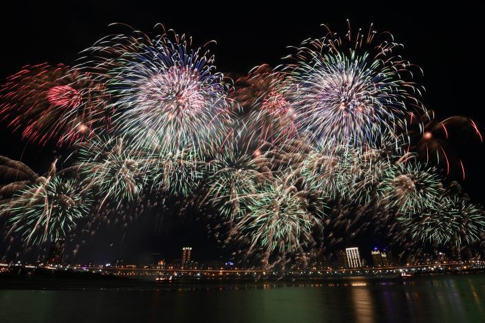 480秒情人煙火秀,照亮整個台北水岸夜空,讓所有人都感到浪漫又幸福.JPG