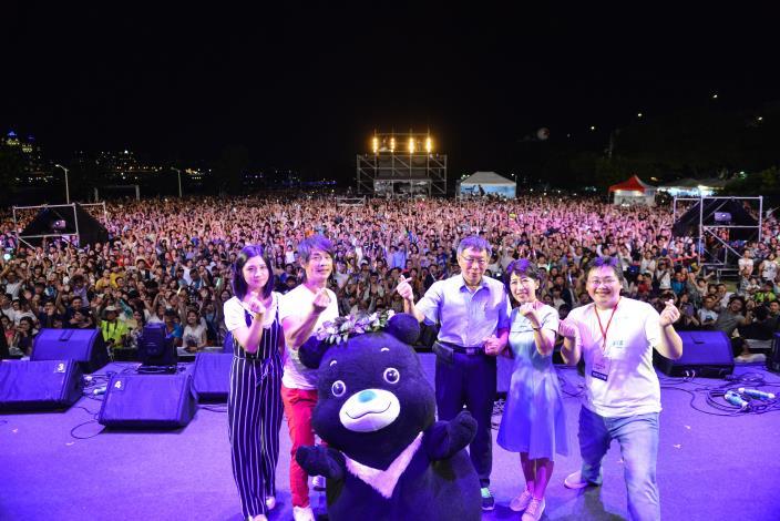 臺北市長柯文哲及夫人帶領萬人一起唱情歌