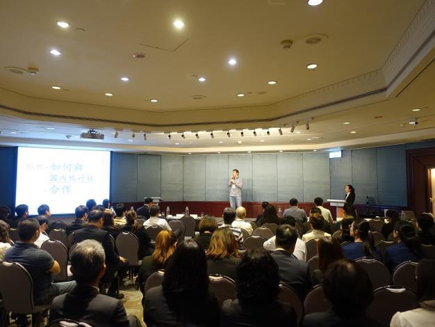 台灣旅行業國民旅遊發展協會理事長朱永達向業者說明「旅館如何與國內旅行社合作」.JPG