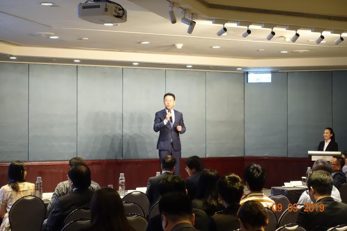 台灣入境旅遊協會理事長王全玉向100位旅館業者講述「如何突破行銷困境」.JPG