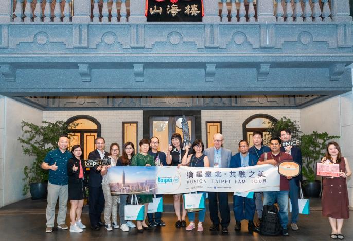 臺北市政府觀光傳播局李麗珠副局長與海外貴賓合影