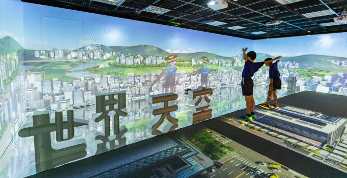 台北探索館「世界天空臺北」特展設置180度的擬真環景與臺北鳥瞰投影,彷彿置身天空鳥瞰臺北市