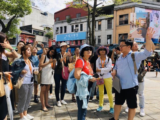 《台北畫刊》粉絲們跟著台北城市散步創辦人邱翊沿迪化街一段漫步,聆聽大稻埕在地歷史。