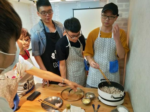 畫刊粉絲在本次校外教學尾聲一同烹飪料理,現場香味四溢。