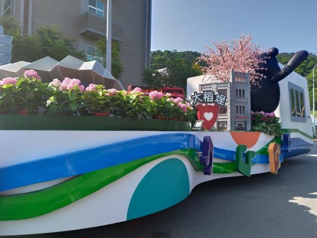 今年度臺北主題花車重現了臺北流行音樂中心與經典小鎮大稻埕