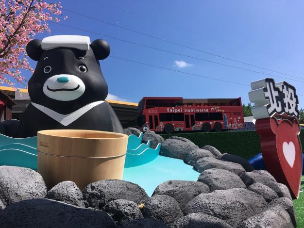 3D熊讚公仔享受北投溫泉宜人風光,雙層觀巴穿梭其間.JPG