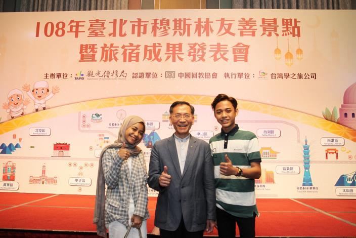 蔡炳坤副市長(中)與百萬粉絲馬來西亞穆斯林網紅Farrah_Khairina(左)、Syah_Fitri(右)合照