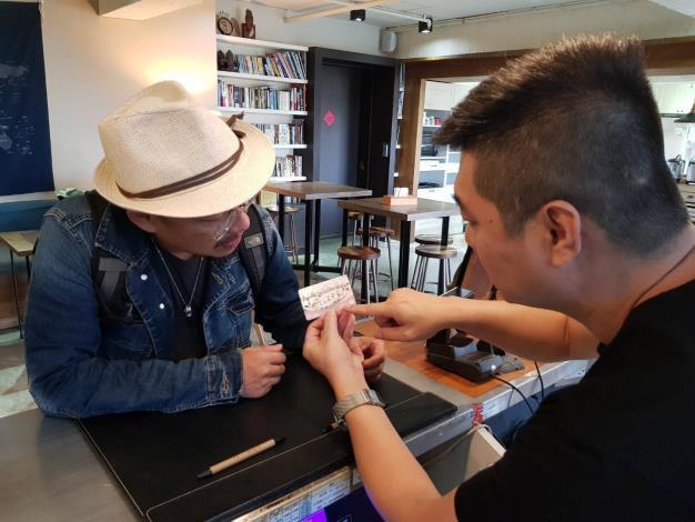 旅館業者跟旅客介紹北北基好玩卡(示意圖)