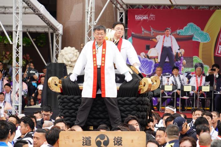 臺北市今日在市府前廣場舉辦日本松山市撞轎祈福活動,市長柯文哲特別登上大神轎為臺灣祈福