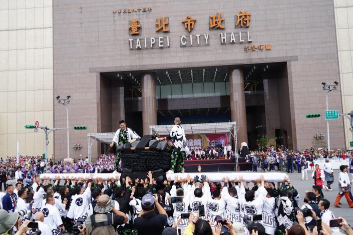 市府場日本大神轎撞轎祈福活動吸引許多民眾參觀