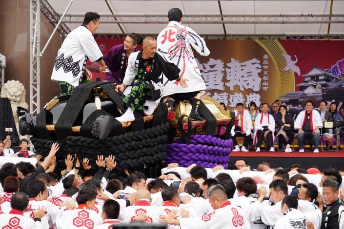 今年是臺北市與日本松山市友好交流協議簽訂滿5周年,臺北市再度邀請日本松山市大神轎來臺並在北市府前盛大演出,現場吸引許多民眾觀賞 - 複製