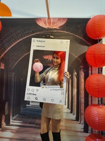 臺北大稻埕十連棟迴廊背板展區吸引外國貴賓拍照打卡