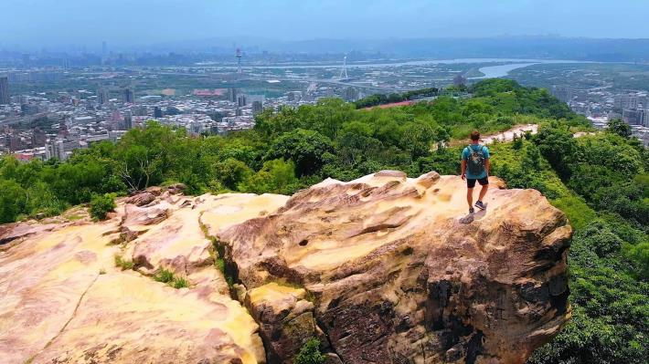 除了挑戰自我體能,站在山稜線上俯瞰臺北之美,更是心曠神怡.JPG