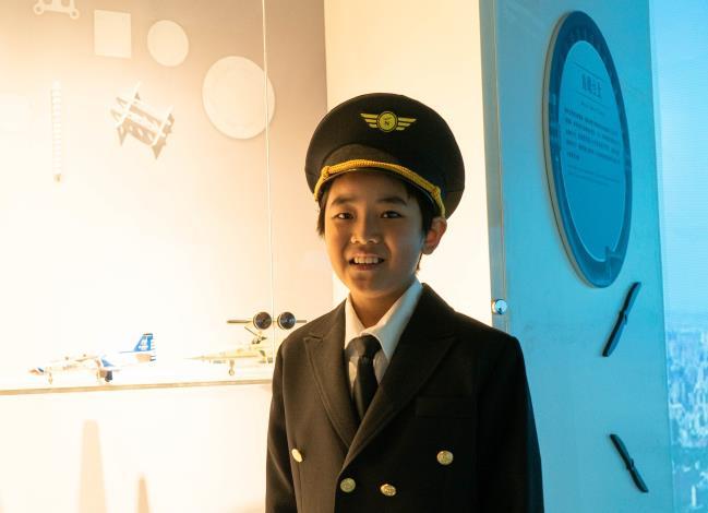 安和國小四年級賴弘雄小朋友為大家介紹雷虎小組的飛機