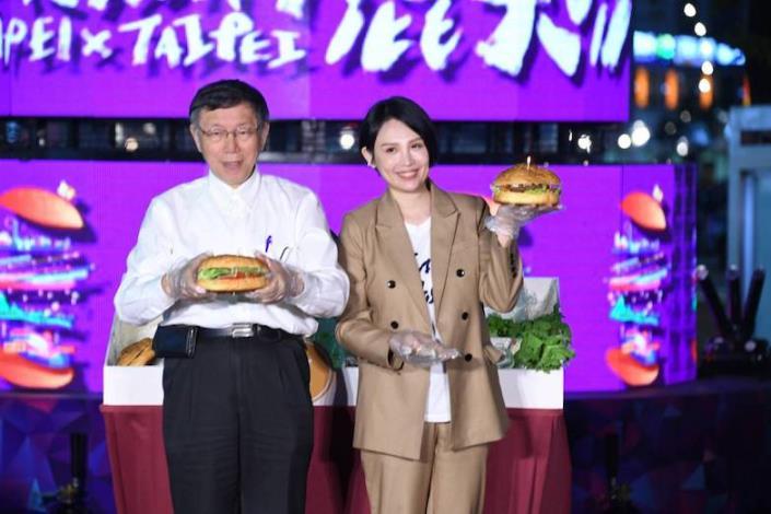 柯文哲與魏如萱聯手製作漢堡,為臺北跨年活動揭開序幕。