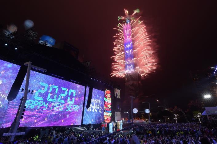 晚會最高潮─台北101新年大秀,以「希望之光・台灣」為題的300秒燈光煙火秀,首創「幻彩三變化」煙火,陪民眾迎接嶄新2020。