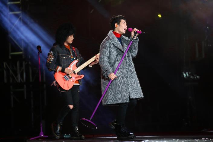 蕭敬騰領軍「獅子LION」連飆經典老歌「再見我的愛」及「It's my life」,高亢嗓音加溫跨年現場。