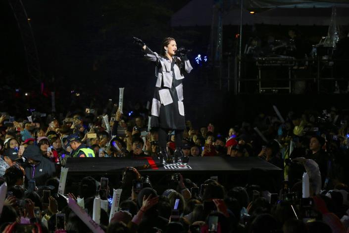 跨年前表演由全能天后楊丞琳帶來《雨愛》、《曖昧》等歷年經典歌曲,讓歌迷走入時光隧道。